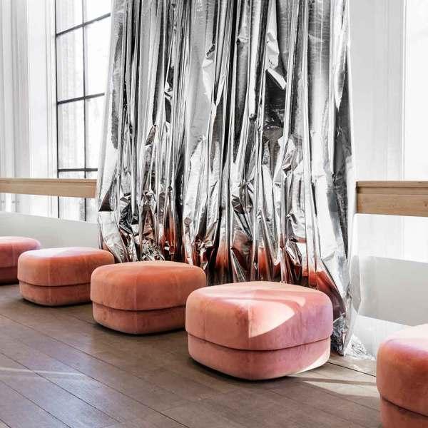 Pouf Circus grande en terciopelo rosa nude de la firma Normann Copenhagen