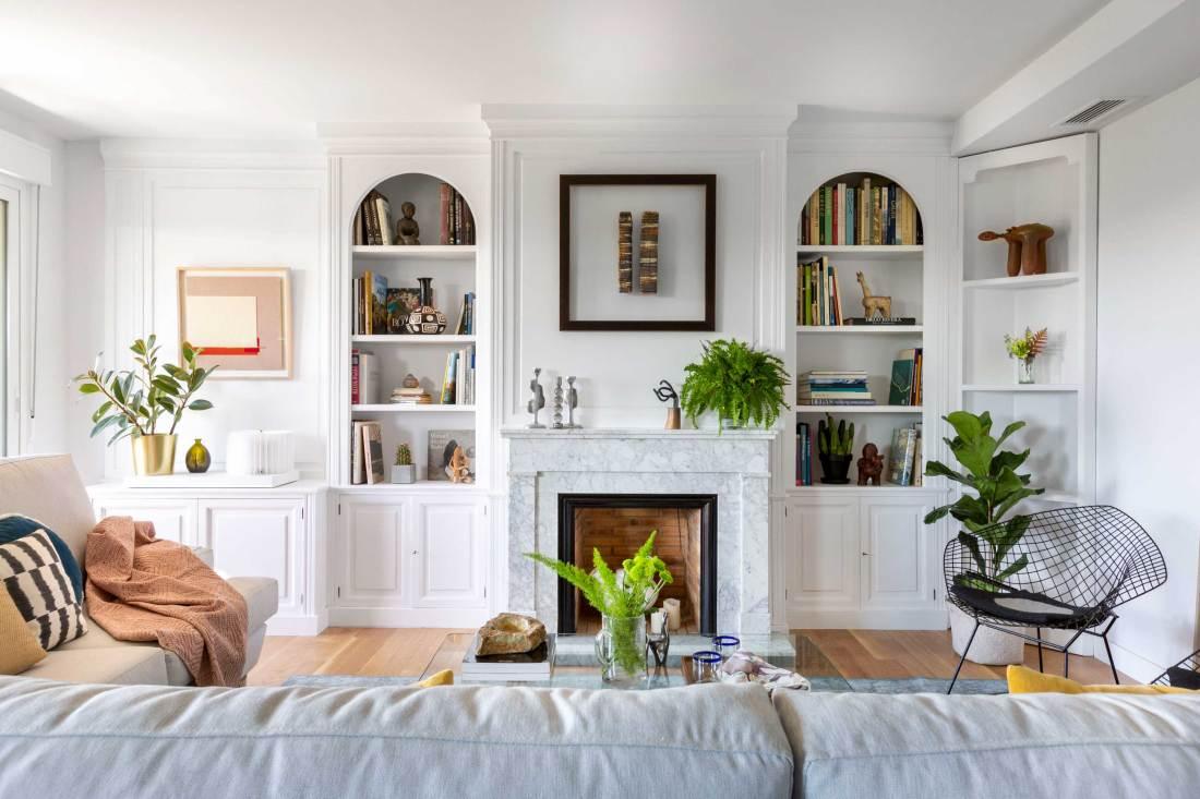 salon con chimenea de un piso diseñado por Deleite Design