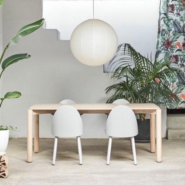 mesa de comedor de madera con acabado natural