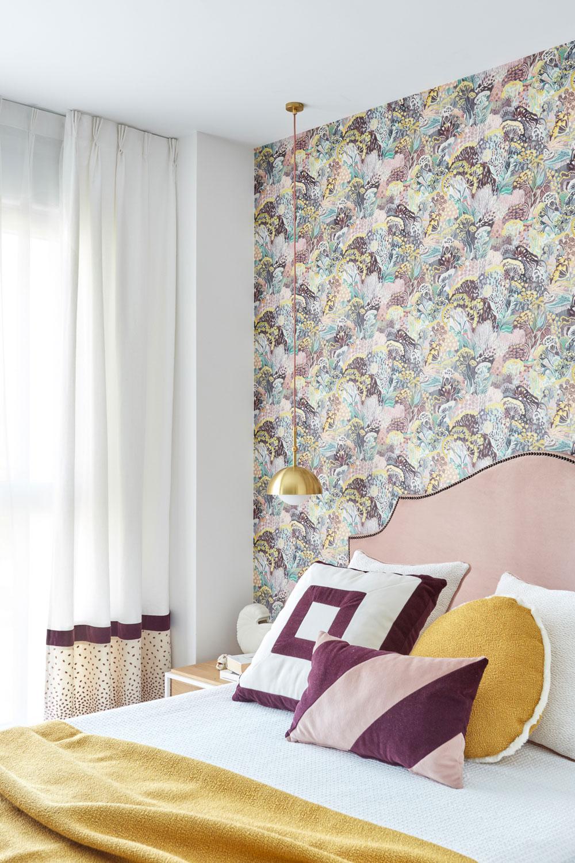 Papel pintado en pared cabecero tapizado a medida. Confección cojines, cortinas y textil de cama.