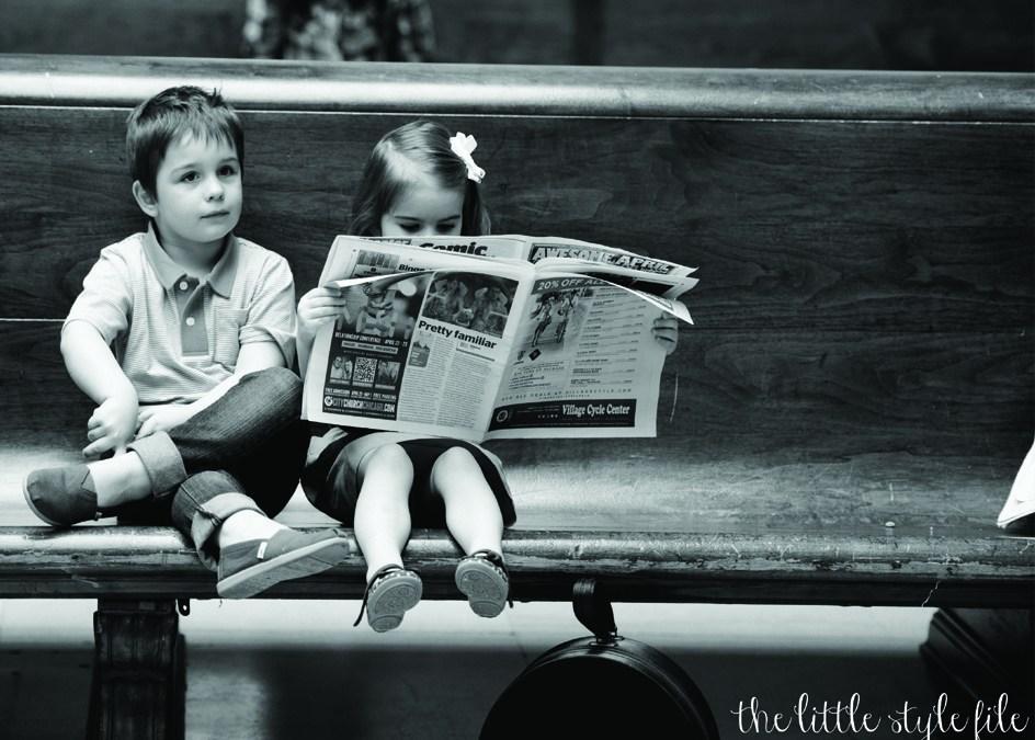 kinderen lezen de krant