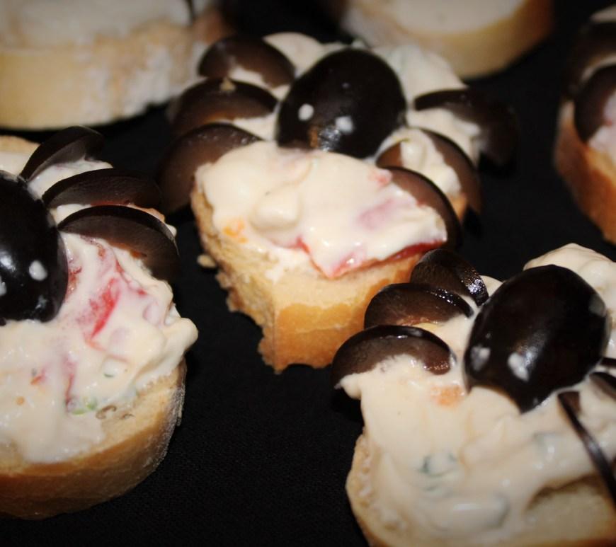 Délicimô ! - Recette Halloween Toast Araignée : Chèvre Frais, Tomate, Olive - www.delicimo.fr