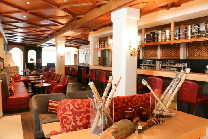 Die gemütliche Bar im Arabella Alpenhotel