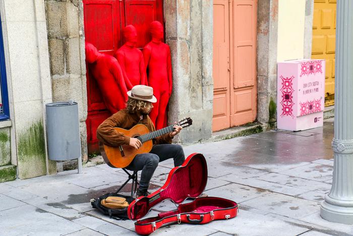 Straßenmusikant in der Rua das Flores, Porto