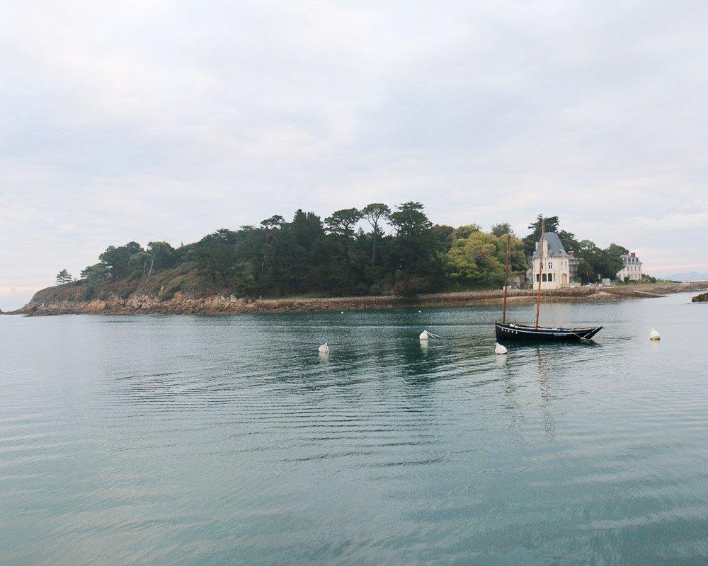 Auf der Insel Tristan findet Kommissar Dupin in Bretonische Flut Hinweise, um den Fall zu lösen.