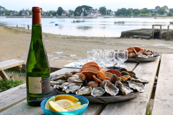 Bei Béa kann man nicht nur sein Wissen erweitern, sondern die köstlichen Austern gleich auf der Terrasse probieren.