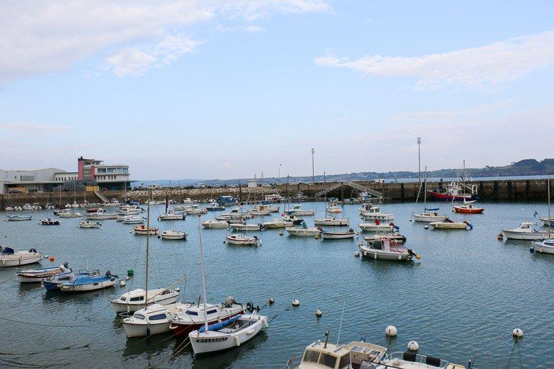 Im Hafen von Douardenenez wird eine weitere Leiche gefunden. Dupin ermittelt hier im fünften Fall: Bretonische Flut.