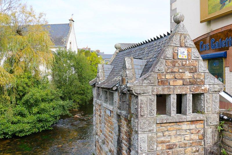 Das berühmte Klohäuschen von Pont-Aven