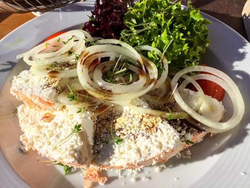 Sura Kees, der lokale Frischkäse, schmeckt gut mit Zwiebeln, Essig und Kürbiskernen