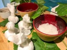 Wohltuend: Burgundertherapie mit Traubenkernen und Kräutern
