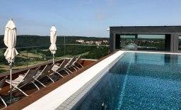 Pool auf dem Sonnendeck des Turmes