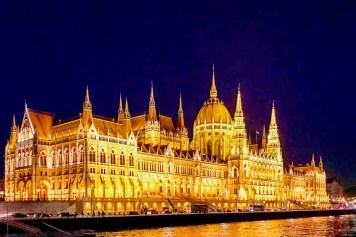 Am schönsten abends von der Donau aus: Parlament in Budapest
