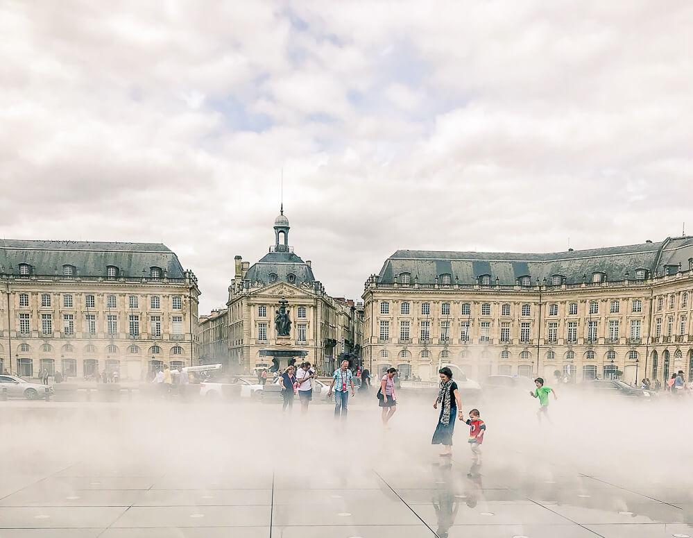 Place de la Bourse mit den Wasserspielen auf dem Miroir d'eau