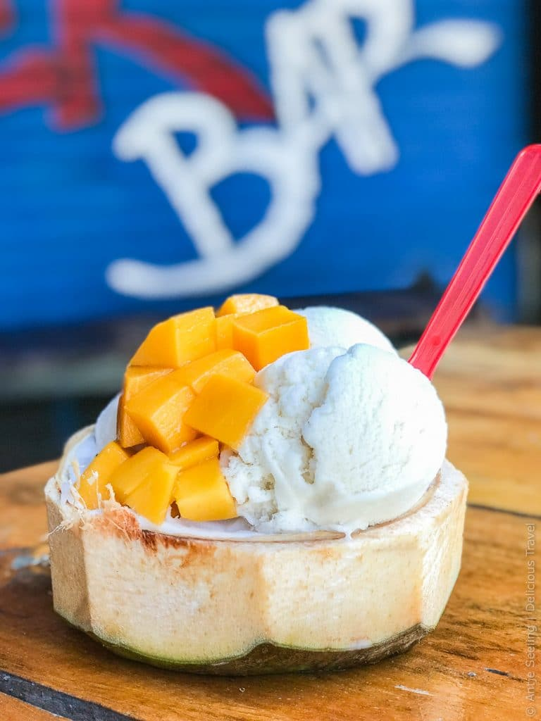 Ein Traum: Kokoseis in der Kokosnuss mit frischer Mango