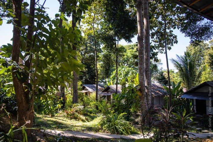 Bungalows im Garten des Gecko Lipe Resorts