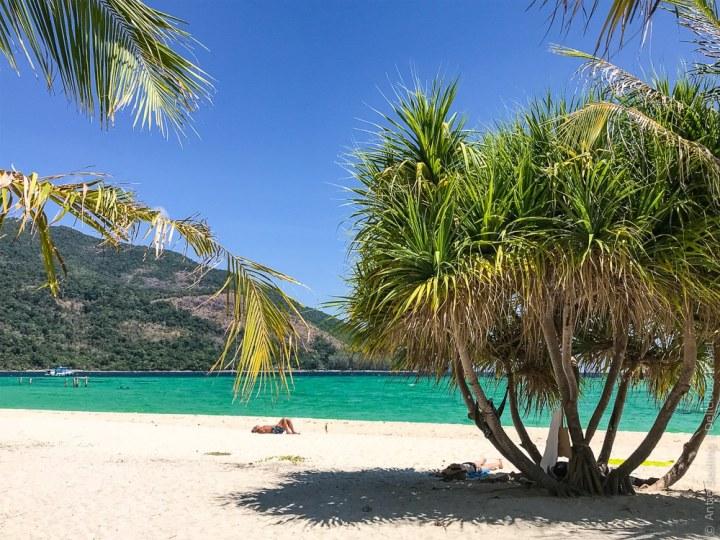 Türkises Meer, weißer Sand, glasklares Wasser