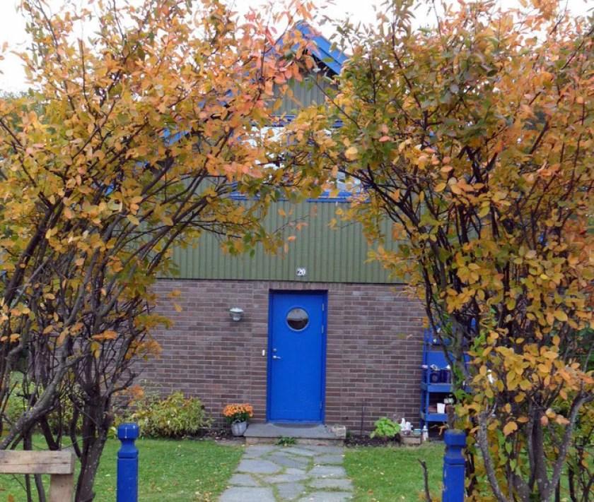 blaues-haus-mit-laubbäumen