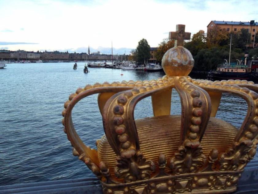 goldene-krone-auf-einer-stockholmer-brücke