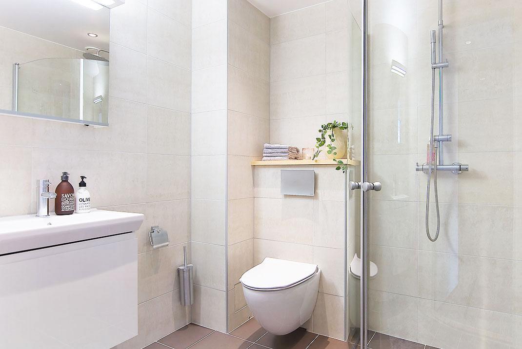Perfecto piso de estudiantes de estilo n rdico blog tienda decoraci n estilo n rdico - Fotos de banos muy pequenos con ducha ...