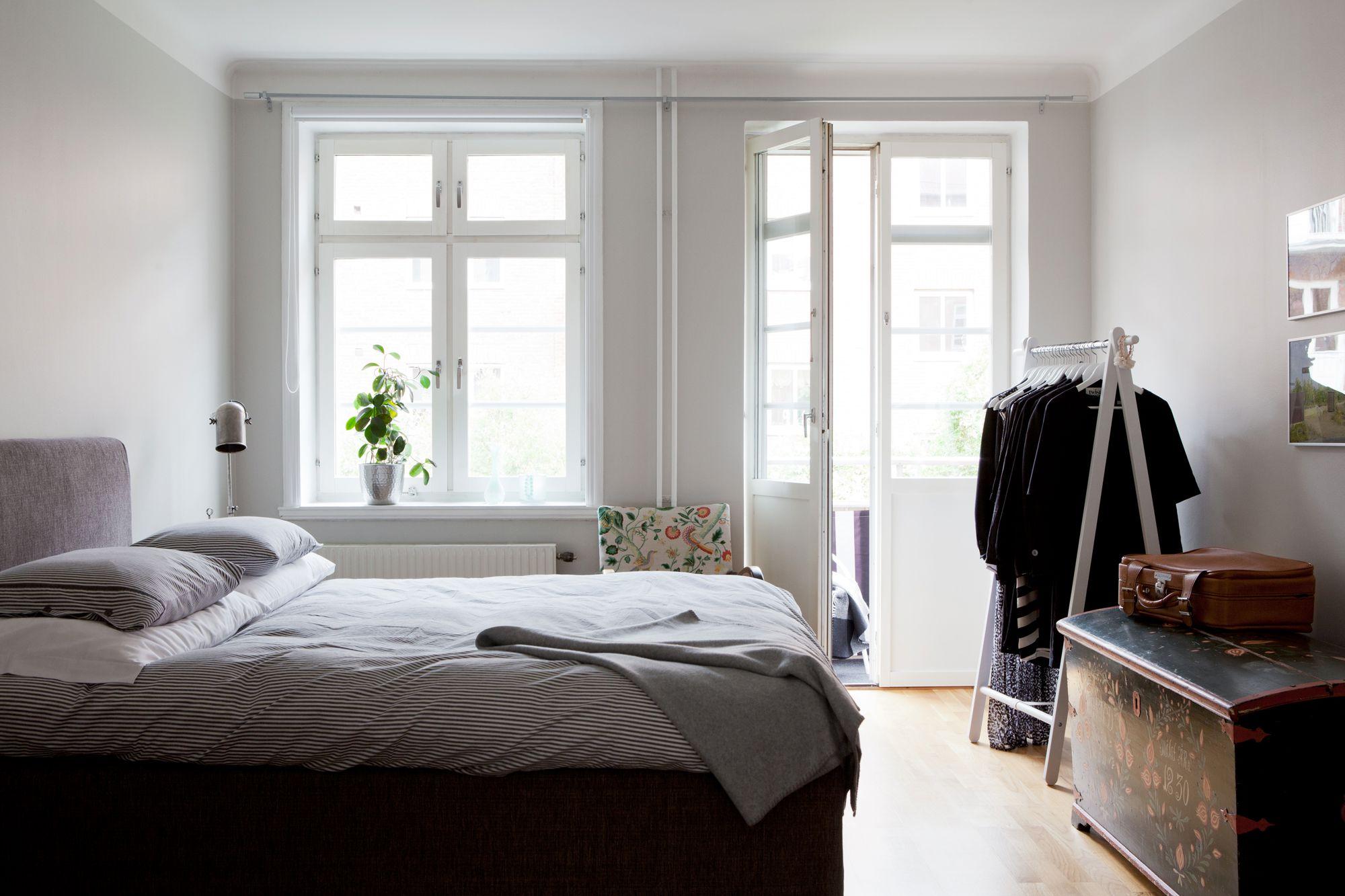 Paredes grises, muebles blancos, suelo de madera  Blog decoración