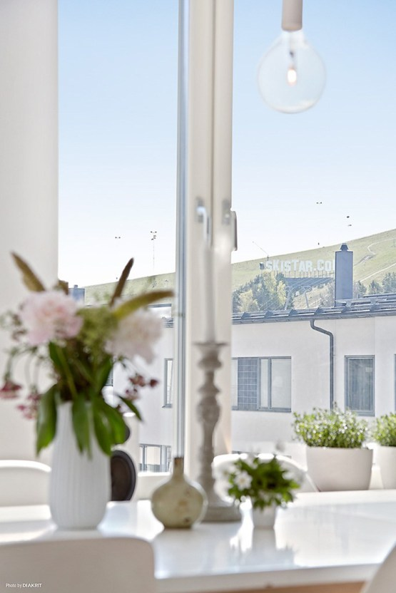 pisos luminosos pisos diáfanos decoración estilo nórdico escandinavo estanterías string encimeras de corian decoración pisos pequeños decoración en blanco cocinas blancas modernas cerámica y cristal iittala blog decoración nórdica