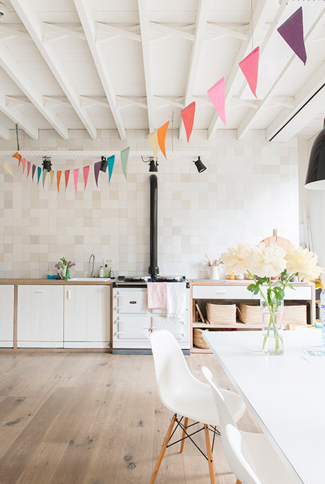 trona stokke sillas vitra lámpara diseño caravaggio de light years estilo nórdico estanterías string decoración interiores nórdico decoración en blanco con toques de color decoración en blanco cocina aga blog decoración diseño nórdico accesorios orla kiely ferm living