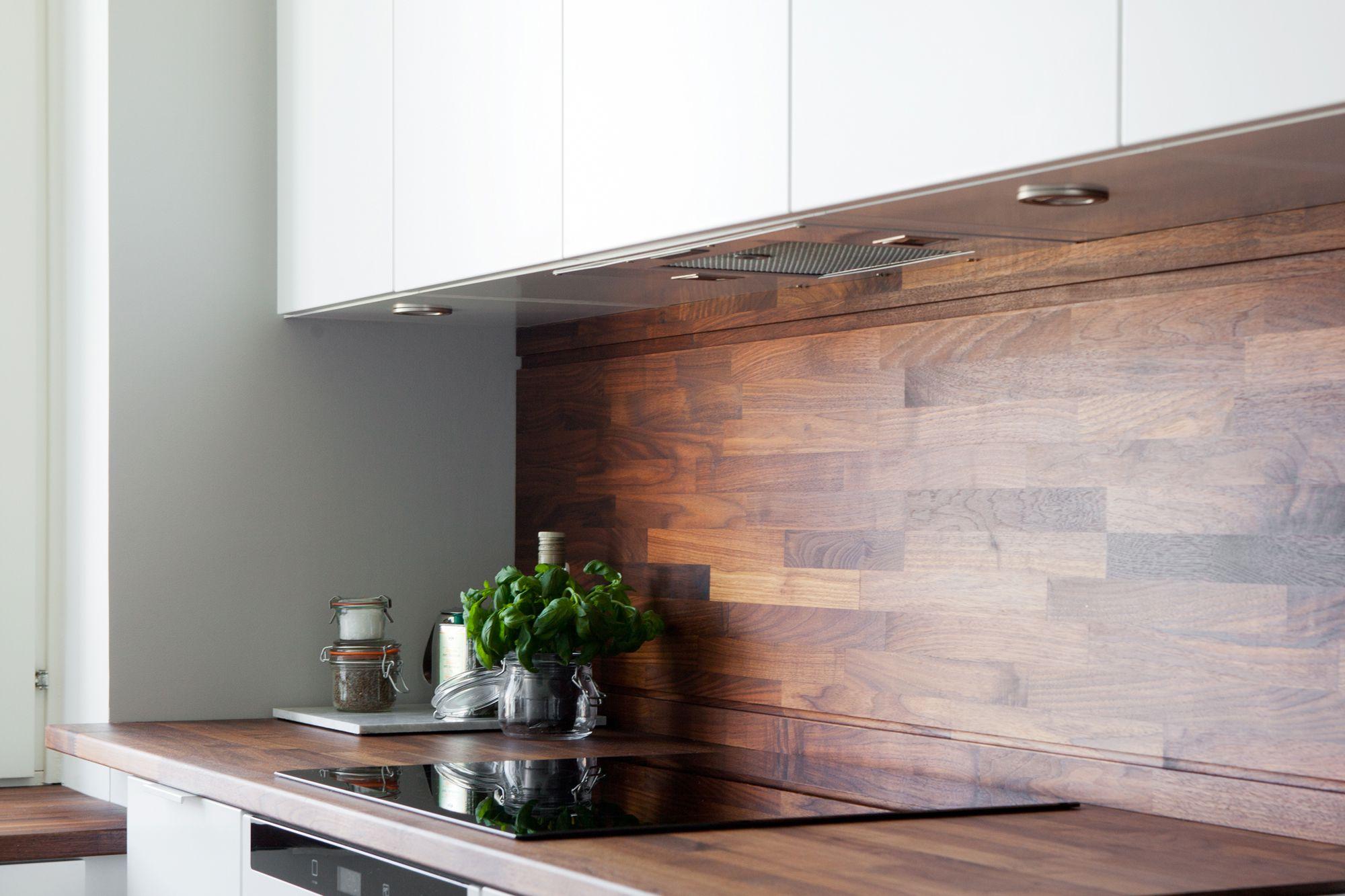 Cocina blanca con revestimiento de madera oscura blog - Encimera de madera para cocina ...