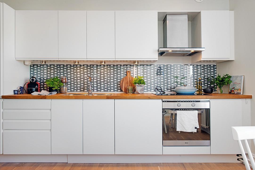 Revestimiento de tela y cristal en una cocina detalles for Cocinas modernas blancas y madera