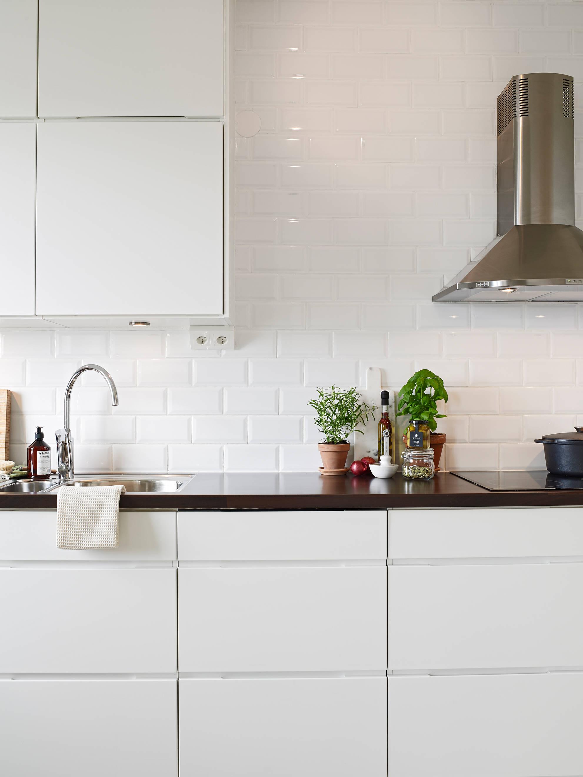 Antes y después: 10 reformas con vinilo madera en cocinas blancas