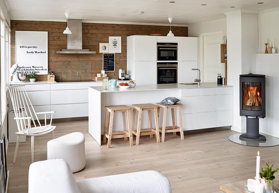 Blanco en textiles y muebles en una casa donde viven ni os for Cocinas modernas blancas precios