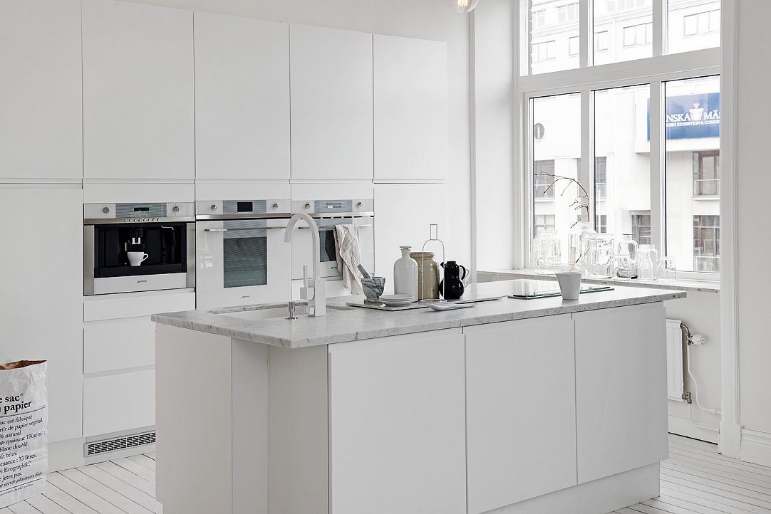 Cocina n rdica blanca moderna y sin adornos blog - Cocinas con electrodomesticos blancos ...