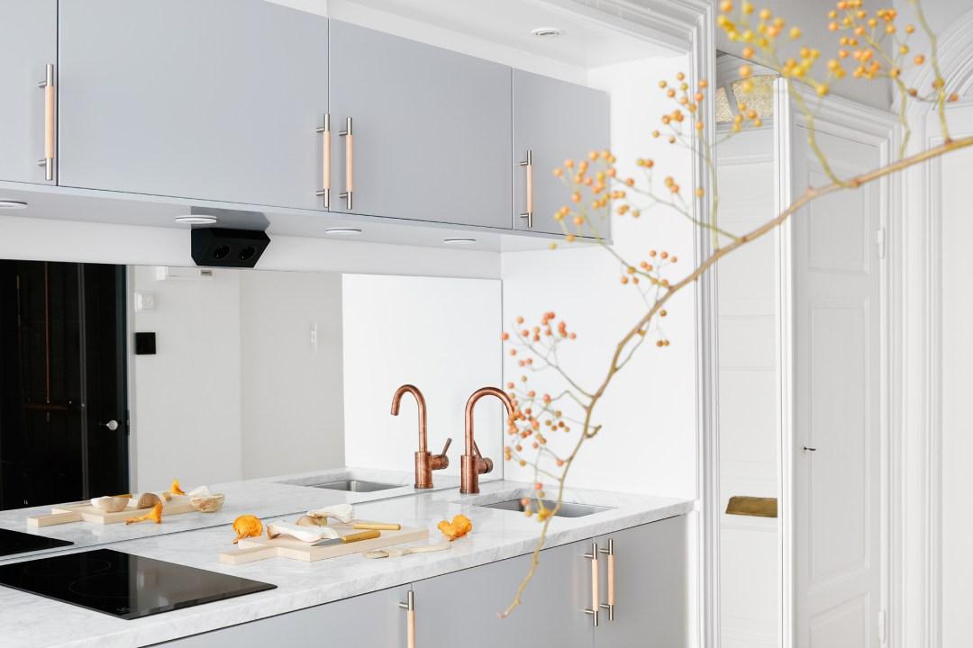 Peque a cocina n rdica con frontal de espejo blog for Cocinas con espejos