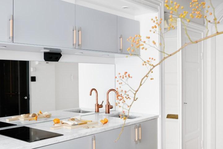 revestimiento cocina pequeña cocina nórdica interiores minipisos grifos en cobre frontal cocina espejo estilo nórdico escandinavo decoración pisos pequeños decoración minimalista blog decoración