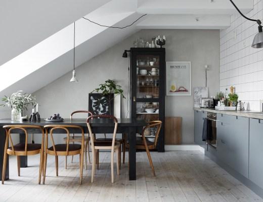 Acogedora buhardilla en grises, blog decoración nórdica, cocina diáfana, decoración áticos, decoración en gris, decoración pisos pequeños, techos inclinados