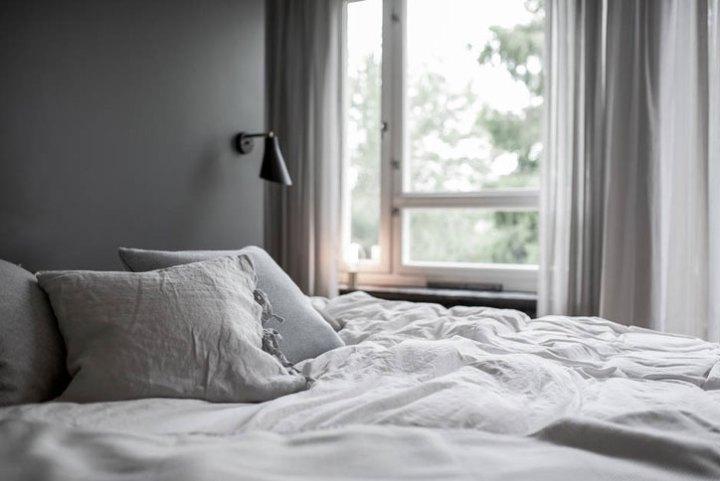 Walk-in closet detrás del cabecero de la cama