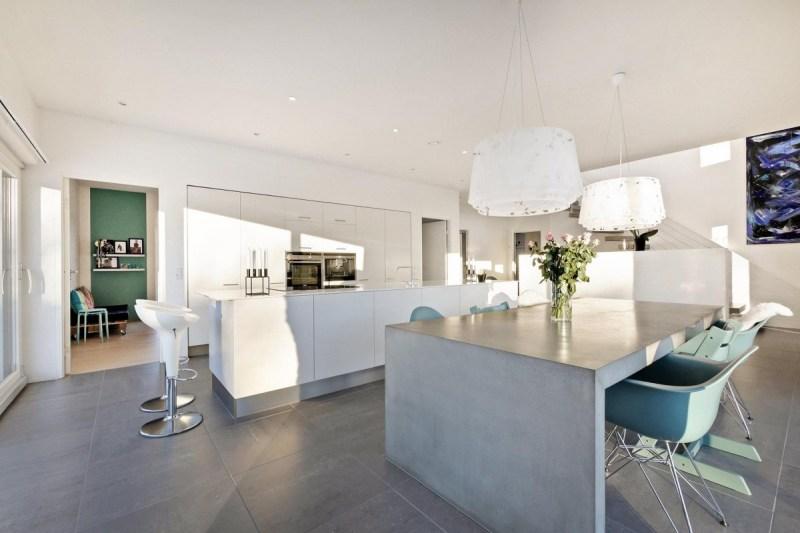 microcemento mesa de comedor cocina moderna cocina danesa cocina con isla cocina blanca calefacción por suelo radiante accesorios cocina