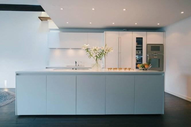 vigas en el techo suelos de madera oscura electrodomésticos gaggenau cocina comprex chimenea estilo sueco biblioteca en casa baño en suite armario empotrado