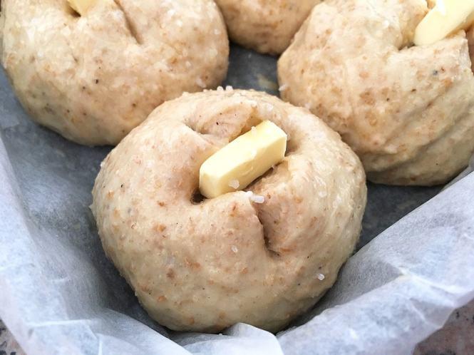 receta fácil pan receta de bollos de pan panecillos merienda caseros Panecillos integrales con mantequilla y sal marina pan casero fácil pan casero medias noches caseras bollos salados
