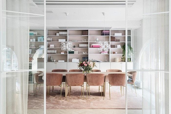 Elegancia Y Diseño Femenino En Las Nuevas Oficinas De Invest