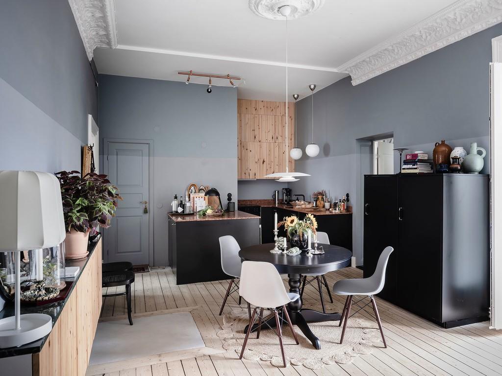 Cocina con muebles negros y paredes azules muy particular