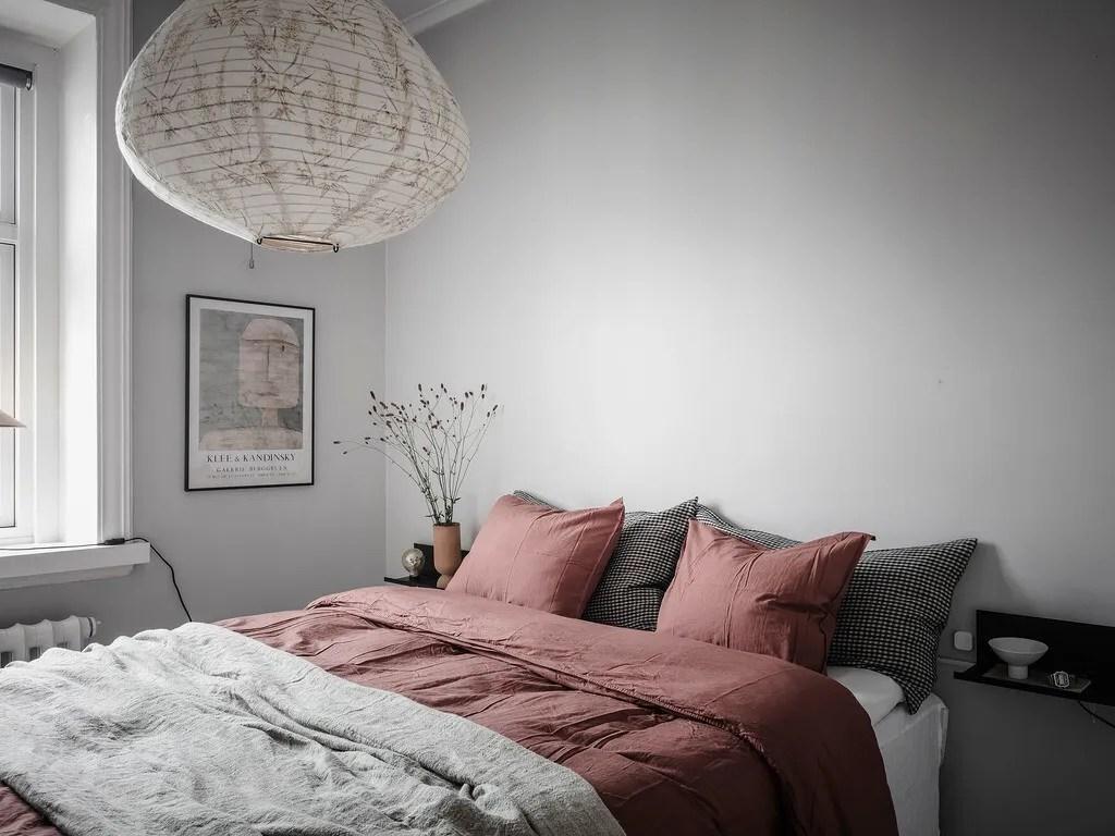 Mesitas voladas y tele en el dormitorio