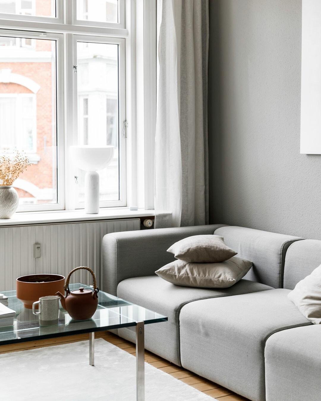 Moderno apartamento minimalista danés, con alma vieja