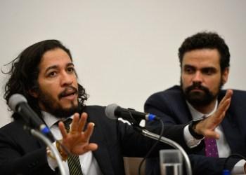 O deputado Jean Wyllys e o presidente da Comissão de Anistia, Paulo Abrão, participam da abertura da Semana da Anistia 2015 (Wilson Dias/Agência Brasil)