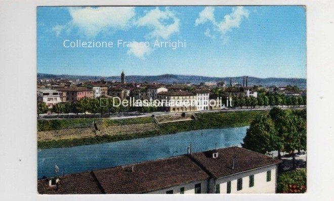 E' una cartolina della fine degli anni 50,si vede l'ormeggio delle barche ancora intatto ( fu danneggiato poi dall'alluvione ) e le ciminiere della Del Vivo in Borgo ancora in piedi