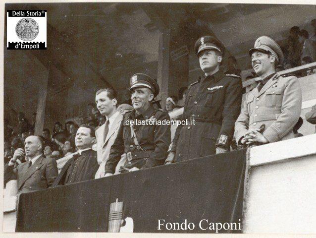 Gerarchi assistono all'esercitazioni fasciste allo Stadio Martelli
