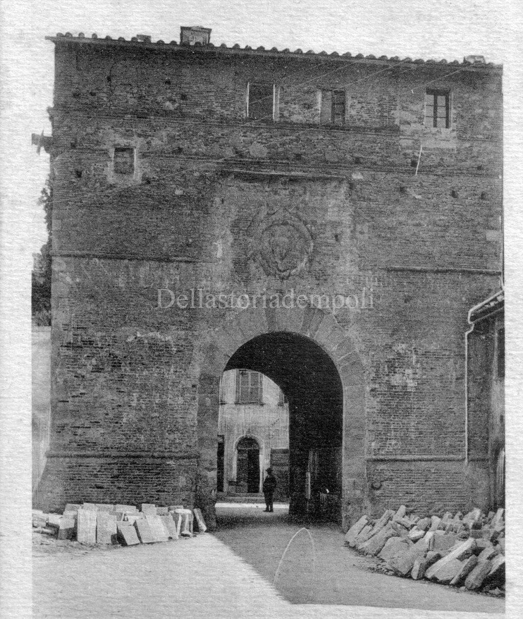 Porta Pisana E Cumuli Di Pietre