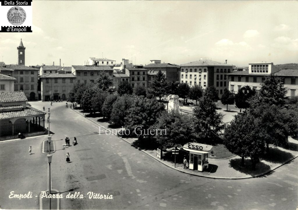 Il Distributore ESSO, Sull'angolo Di Piazza Della Vittoria…