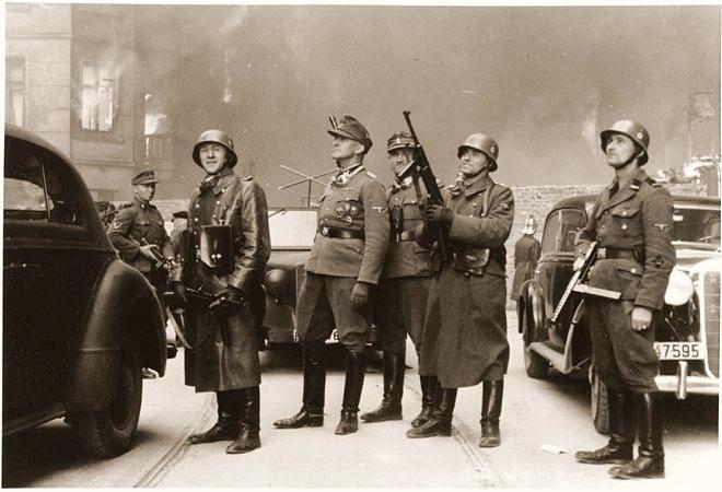 L'SS-Brigadefuhrer Jurgen Stroop durante la repressione della rivolta  del Ghetto di Varsavia. Il secondo uomo che si trova alla sua sinistra, che  imbraccia un mitra, appartiene allo SD, il Servizio di Sicurezza delle SS e non  Servizio Segreto come qualcuno scrive. Lo si deduce dallo scudetto romboidale   che porta sulla manica, dove sono riportate le sigle SD.