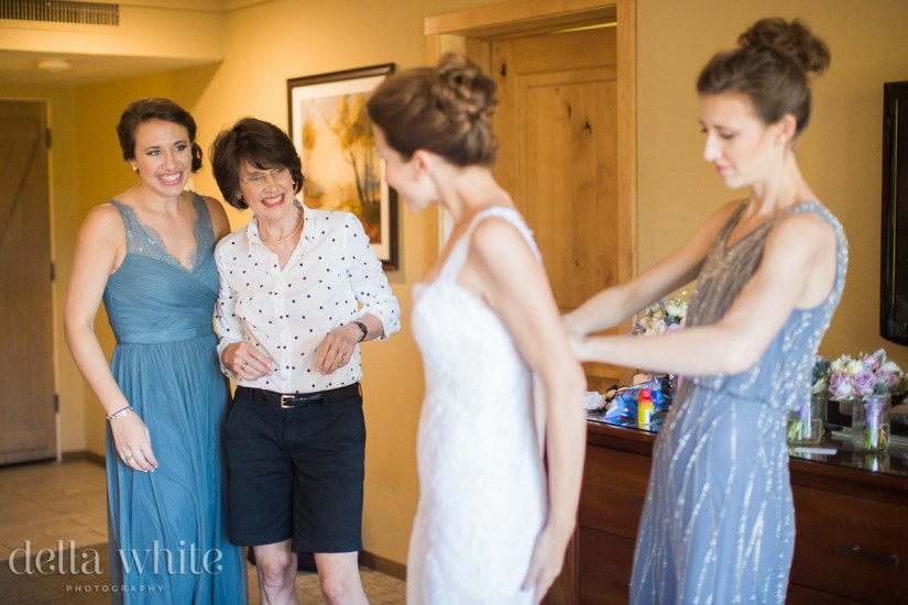 mom & sister excited to see the bride