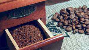 kávová zrnka v mlýnku